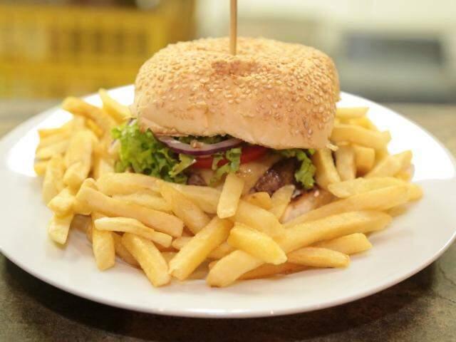 """O """"Joga Burger"""" é um dos carros chefes do cardápio e ainda leva o mesmo nome do local. (Foto: Adriano Fernandes)"""