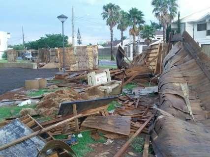 Temporal causa estragos e quase arrasta veículo em cidade de MS