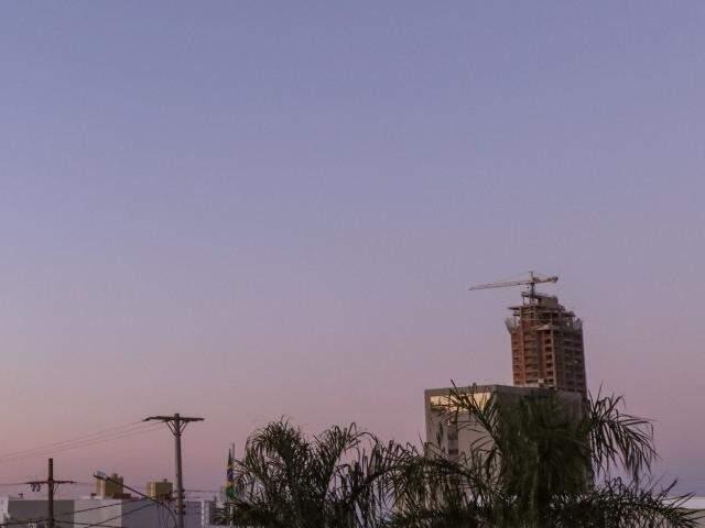 Imagem registrada no Jardim do Estados do dia amanhecendo com céu aberto na capital sul-mato-grossense (Foto: Henrique Kawaminami)