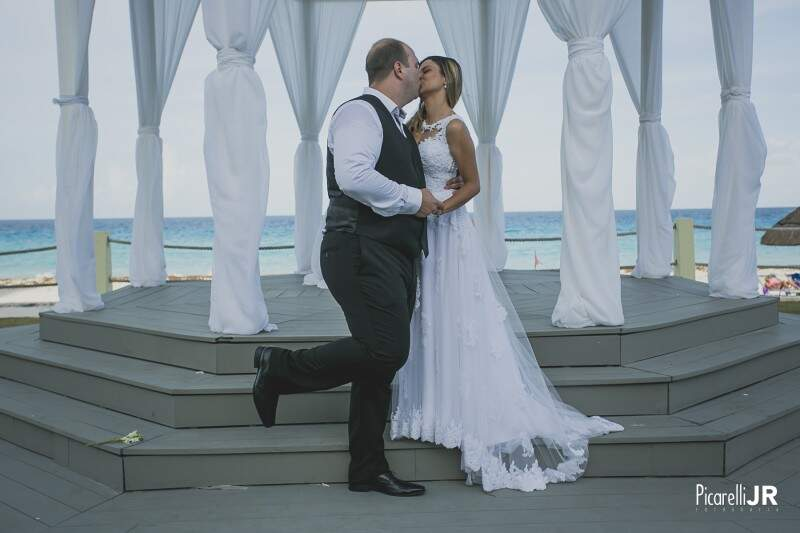 Atenção para o pézinho do noivo. Brincadeira entre fotógrafo e casal. (Foto: Picarelli Jr)