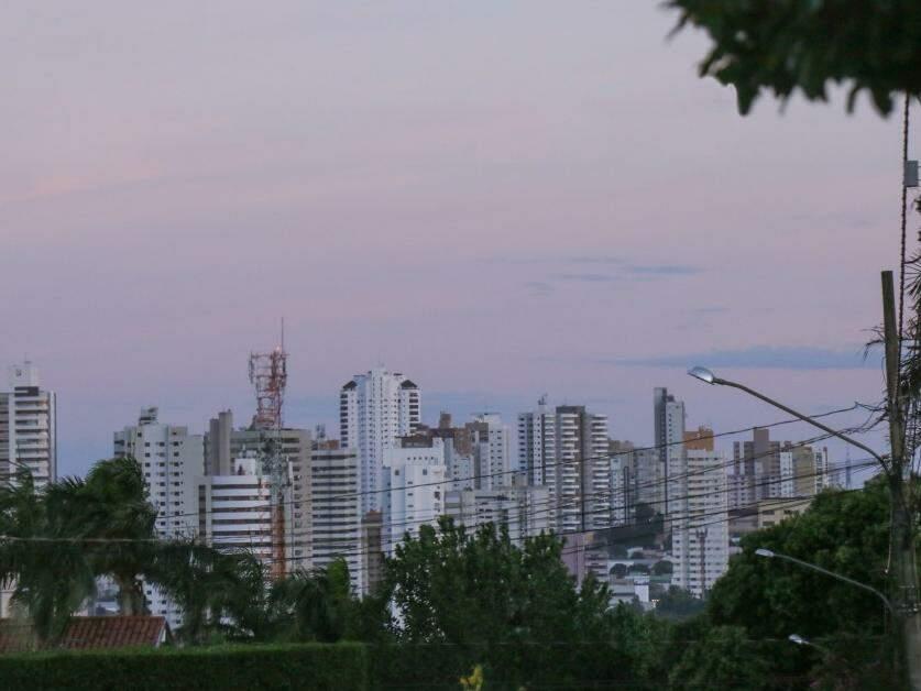 Céu amanhece claro em Campo Grande, mas há previsão de chuva para cidade no período da tarde (Foto: Henrique Kawaminami)