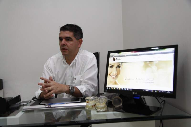 Na clínica Arquitetura do Sorriso, o dentista Plácido Menezes, analisa o paciente desde que a porta é aberta. A prática do atendimento como um todo. (Foto: Cleber Gellio)