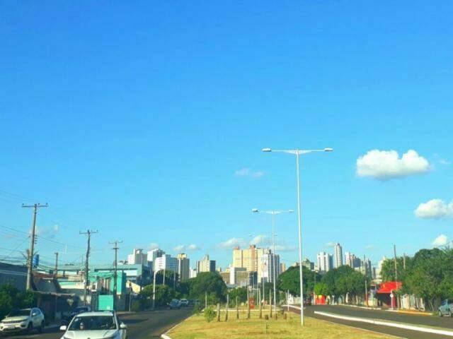 """Ao contrário do previsto, o céu da Capital nesta tarde continua """"limpo"""" (Foto: Saul Schramm)"""