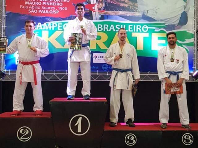 Erick Taira exibe medalha no lugar mais alto do pódio (Foto: Divulgação)