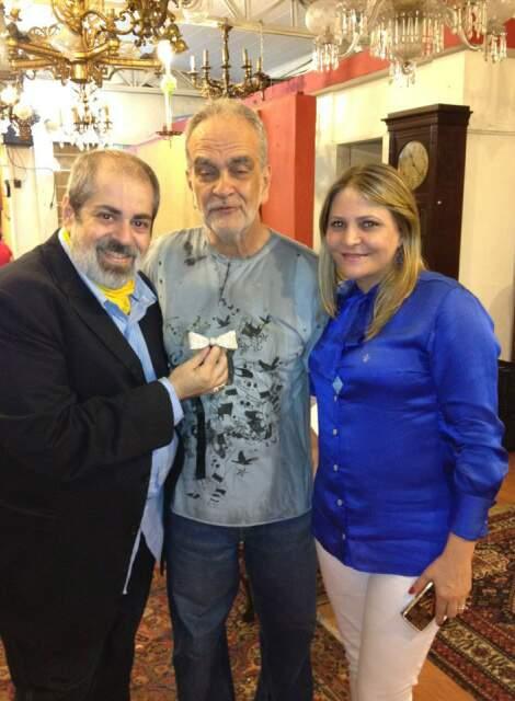 Luiz Pedro segurando a gravata que pertenceu a Clodovil durante entrevista ao Fantástico. (Reprodução Facebook)
