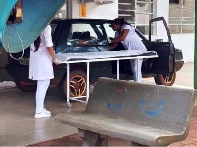 Funcionárias de hospital no momento em que carro chegou ao hospital (Foto: Divulgação)