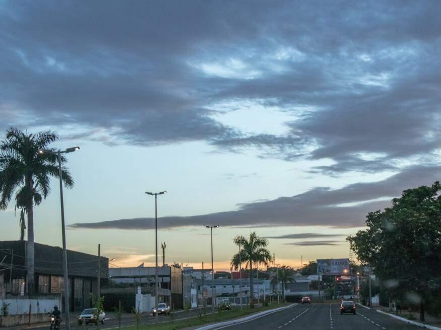Céu amanheceu entre nuvens na capital sul-mato-grossense, mas previsão é de muito calor com pancadas de chuva no período da tarde (Foto: Henrique Kawaminami)