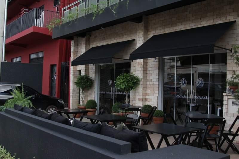 Do lado de fora, a ideia é que o restaurante tivesse aparência de um bistrô europeu.