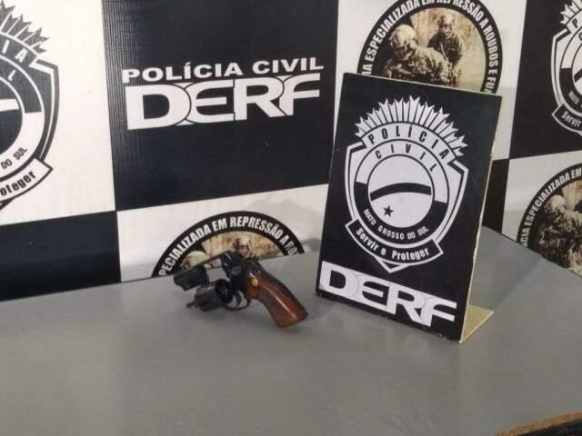 Arma usada no crime foi apreendida (Foto: Clayton Neves)