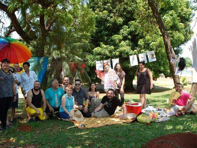 """O """"Piquenique de Tradicional Família Brasileira"""", foi organizado pelo iniciativa do Impróprias (Grupo de Pesquisa em Gênero, Sexualidade e Diferenças) e LEVS (Laboratório de Estudos sobre Violência, Gênero e Sexualidade) da UFMS.(Foto:Adriano Fernandes)"""