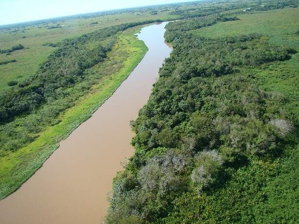 Assoreamento, erosão e formação de arrombados são principais consequências da degradação do Taquari. (Foto: Embrapa)