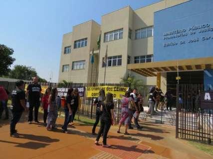 Professores contratados vão ao MP para denunciar corte ilegal de salários