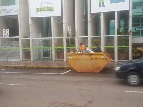 Caçamba foi deixada na rua de forma legal e não estaria ocupando a vaga destinada aos idosos (Foto Direto das Ruas)