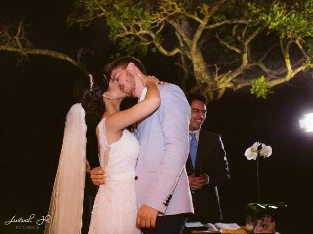O tão esperado beijo na festa de casamento. (Foto: Lusival Junior)