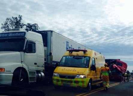 Acidente entre duas carretas deixa dois feridos e trânsito lento na BR-163