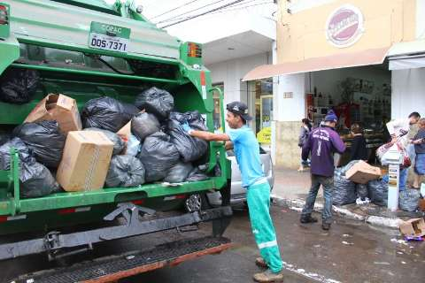 Força tarefa orienta moradores a juntar lixo nas ruas para facilitar coleta