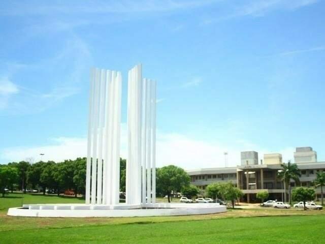Monumento na entrada do campus da instituição em Campo Grande. (Foto: Arquivo)