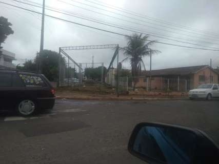Leitor reclama de invasões em calçada da Vila Bandeirantes