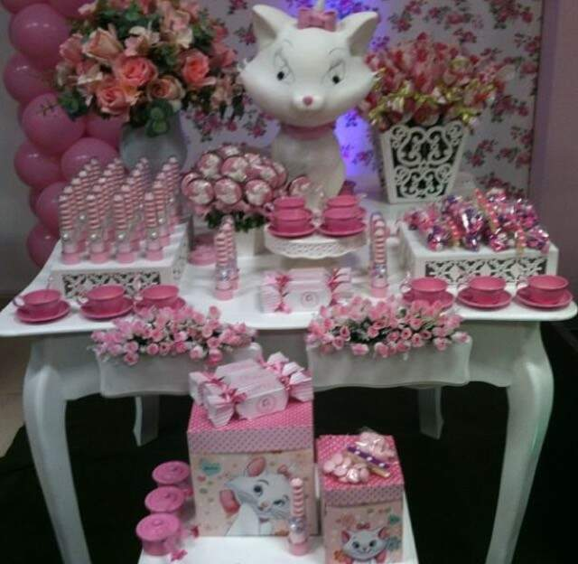 Mesa montada com guloseimas, doces de colher, pães de mel e alfajores decorados e personalizados - Foto Divulgação