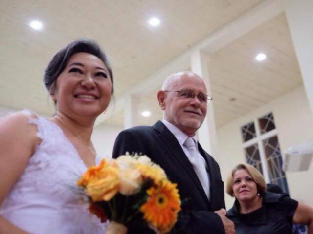 Eliane foi noiva, de vestido branco, buquê e casamento em igreja aos 47 anos. (Foto: Arquivo Pessoal)