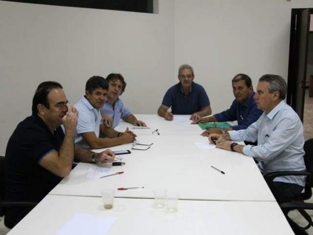 À esquerda, deputados Felipe Orro, Rinaldo Modesto e o prefeito Pedro Caravina. Ao centro, Geraldo Resende, e a direita: Sérgio de Paula e Paulo Corrêa (Foto: Edilene Borges - Assessoria)