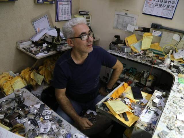 Álvaro é único do único relojoeiro do Mercadão Municipal, na banca que abriga o ofício há mais de 25 anos. (Foto: Alcides Neto)