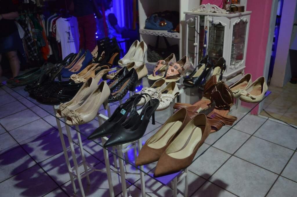 Sapatos dispostos dentro do brechó. (Foto: Thaís Pimenta)