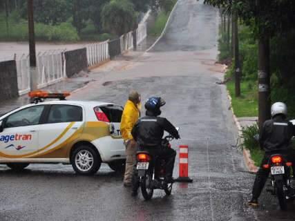 Problemas com chuva provocam interdição em 3 pontos na Capital