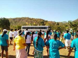 Eles receberam orientação de profissionais, que deram aula de cima do ônibus. (Foto: Dionedison Terena)