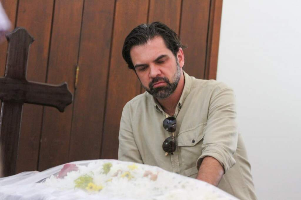 Carlos Alberto Coimbra se despedindo do avô (Foto: Marcos Maluf)