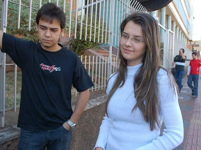 Estudantes de cursinho, Roger e Larissa criticam o ensino público (Foto: Simão Nogueira)