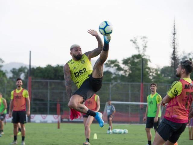 Atacante Gabriel disputa a bola em treino do Rubro-negro (Foto: Alexandre Vidal/Flamengo)