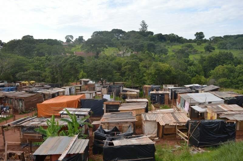 Estimasse que hajam no local 400 barracos, segundo os moradores. Mas durante a visita da reportagem foram poucos os moradores que estavam em suas moradias. (Foto: Adriano Fernandes)