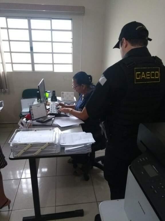 Agentes fazendo buscas em um dos endereços alvo de mandado de busca e apreensão (Foto: Gaeco-MS/Divulgação)