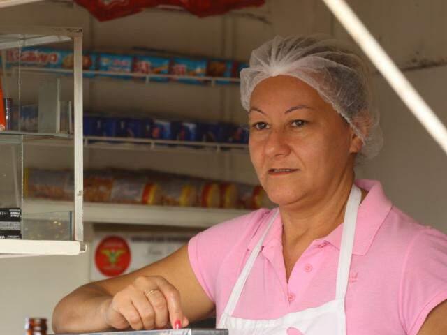 Há 10 anos Marinês vende salgado, suco e pastel na região. (Foto: André Bittar)