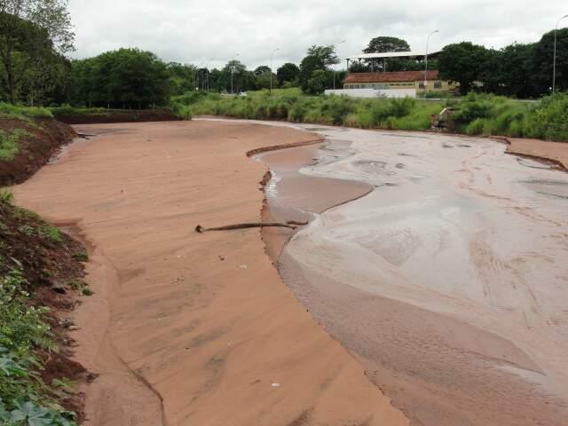 Erosão aumentou as margens, bolsões de terra se acumulam ao longo do rio e leito está próximo do nível da via, no bairro Otávio Pécora.