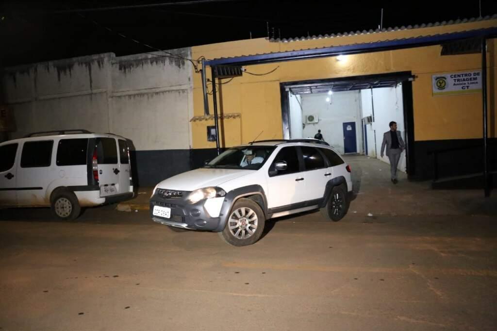 Fiat Palio deixou o centro de triagem, minutos antes do utilitário em que estava Bato Mariano. (Foto: Paulo Francis)