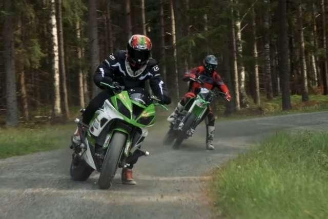 Desafio no gelo! Quem vence: a super esportiva ou a motocross?