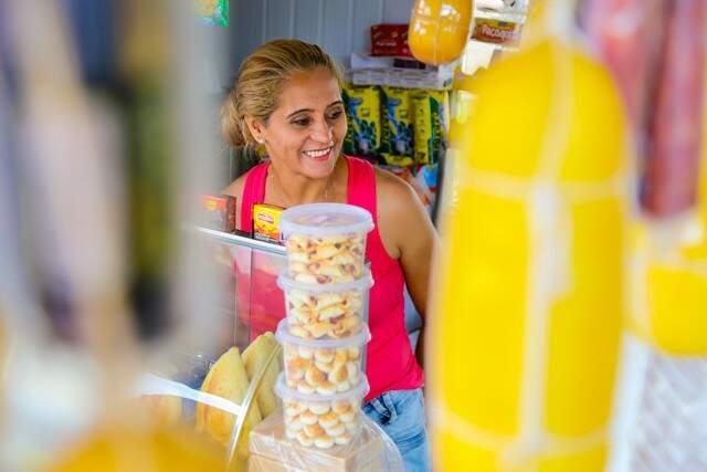 Fátima trocou lanchonete de Campo Grande por banca de lanches em Anhanduí (Foto: Marcos Ermínio)