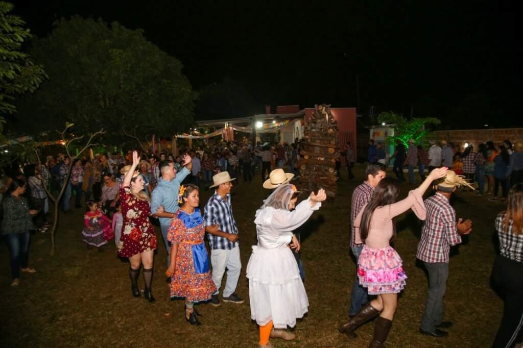 Antes da fogueira ser acesa, os presentes dançaram a quadrilha. (Foto: Danielle Valentim)