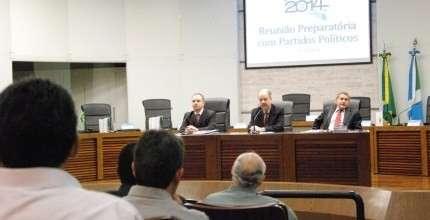 Representantes de partidos políticos recebem orientações sobre as eleições