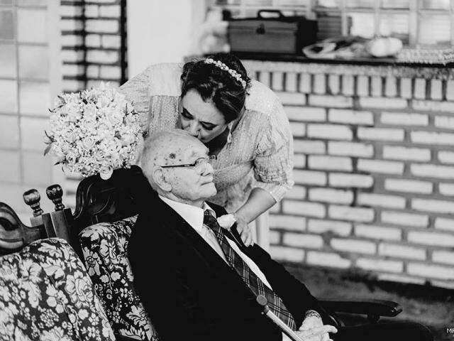 Filha entrou na igreja aos 53 anos e comemorou junto os 64 anos de união dos pais. (Foto: Miragens Produções)