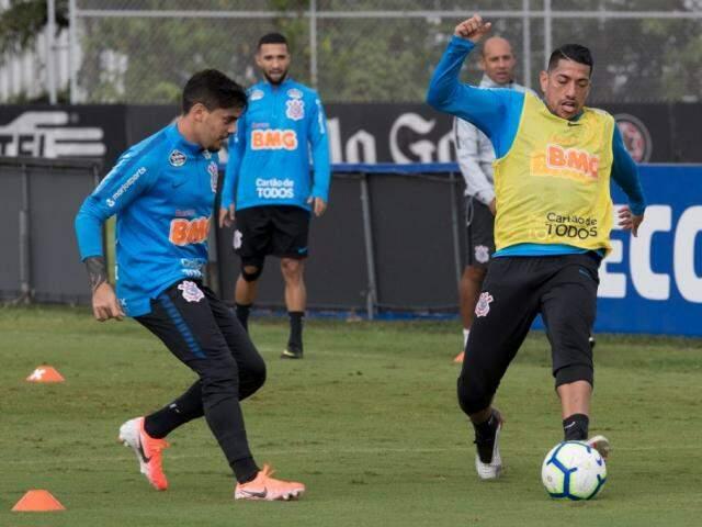 Fagner e Ralf disputam a bola em treino do Corinthians (Foto: Daniel Augusto Jr. / Agência Corinthians)