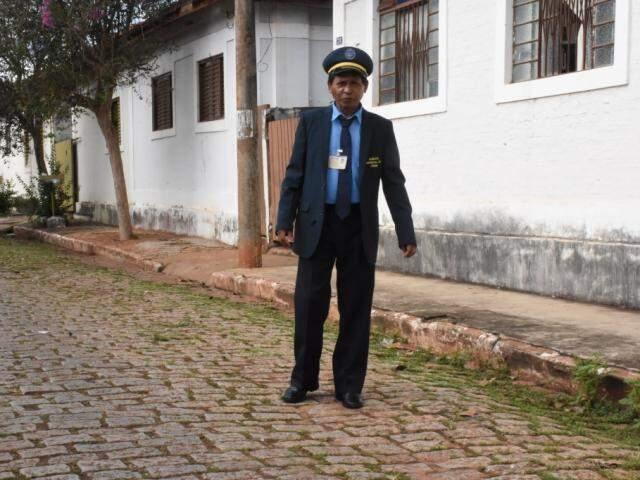 Nelson, com uniforme que guarda há anos como lembrança de quando trabalhava na Estação Ferroviária de Campo Grande (Foto: Roberto Higa)
