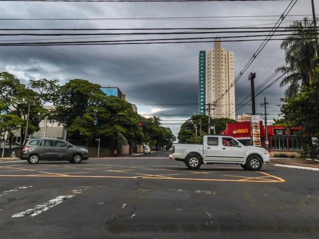 Céu amanheceu fechado em Campo Grande e previsão é de chuva à tarde (Foto: Fernando Antunes)