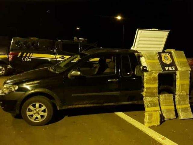 Idoso foi preso em flagrante transportando quase 100 quilos de maconha em freezer (Foto: divulgação/Polícia Rodoviária Federal)