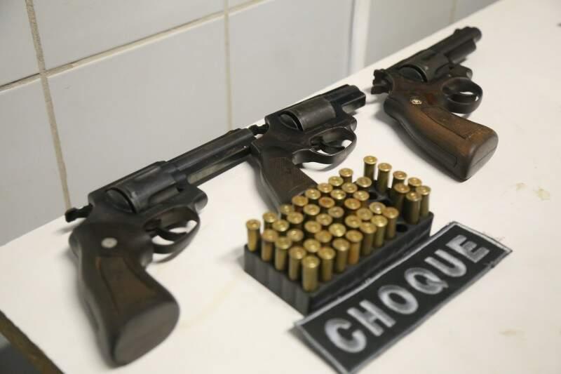 Na casa, foram apreendidas três armas e 45 munições. (Foto: Fernando Antunes)