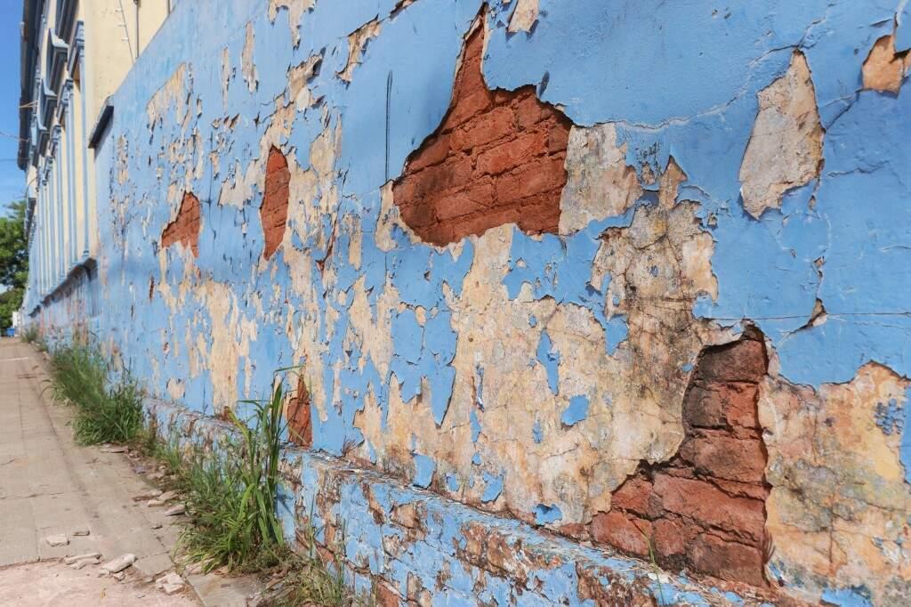 Pintura se desfazendo da fachada do prédio (Foto: Henrique Kawaminami)