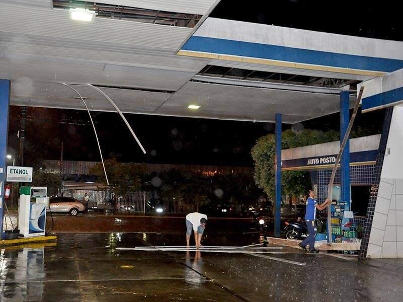 Ventos de 68km/h causou danos em posto de combustível de Aquidauana. (Foto: O Pantaneiro)