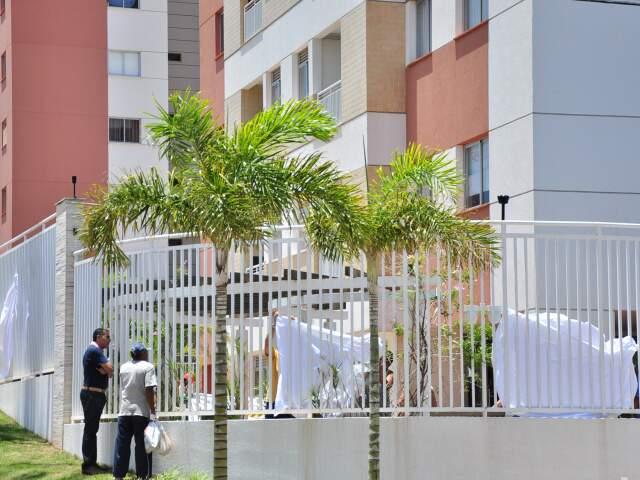 Moradores colocaram panos para proteger prédio onde menino de 10 anos caiu.